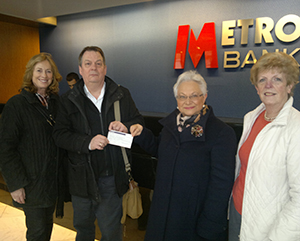 18032016-Metro-Bank-and-£2500.00-cheque-hand-over-2905
